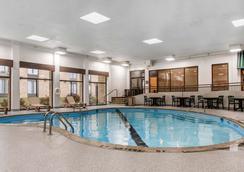 布鲁明顿机场康福特茵酒店 - 布卢明顿 - 游泳池