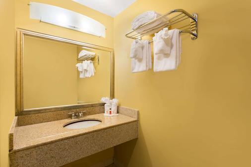 弗吉尼亚海滩海滨速8酒店 - 弗吉尼亚海滩 - 浴室