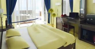 马卡利斯套房酒店及水疗中心 - 罗希姆诺 - 睡房