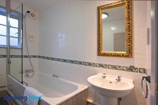 戈达德阿姆斯酒店 - 史云顿 - 浴室