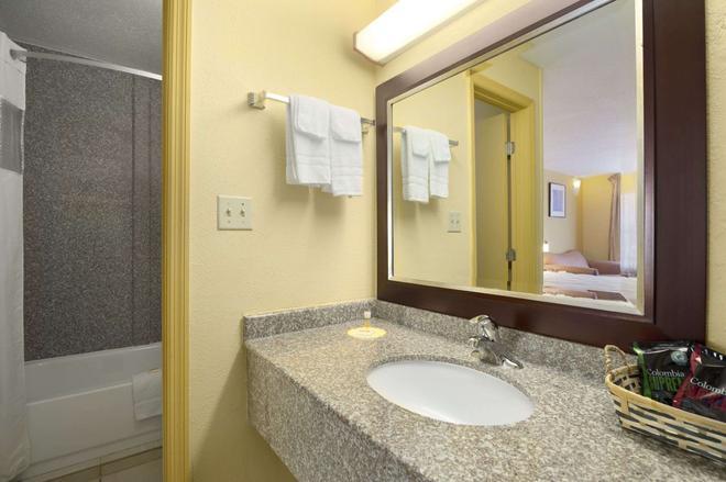 布伦瑞克/圣西蒙斯地区戴斯酒店 - 布伦瑞克 - 浴室
