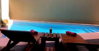 安贝宿舍套房酒店 - 伊瓜苏 - 游泳池