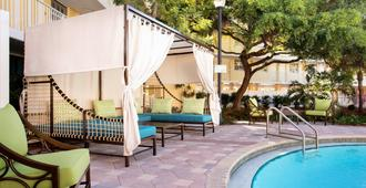 基韦斯特万豪费尔菲尔德度假酒店 - 基韦斯特 - 游泳池