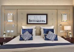 巴里尔迪纳尔酒店 - 迪纳尔 - 睡房