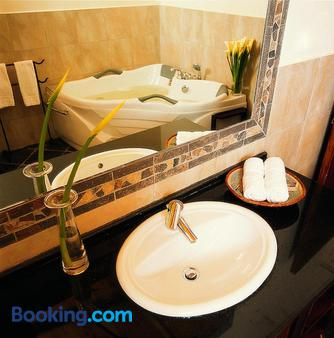 普拉希那公寓及套房酒店 - 内罗毕 - 浴室