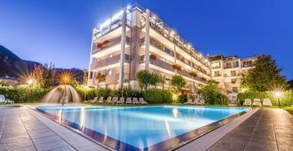 大使套房酒店 - 里瓦 - 游泳池