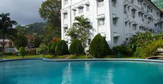 康提瑞士酒店 - 康提 - 游泳池