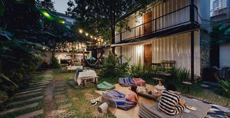 曼谷庭院青年旅馆 - 曼谷 - 露台