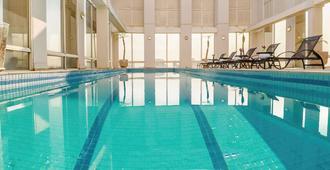 瓜鲁柳斯机场美居酒店 - 瓜鲁柳斯 - 游泳池
