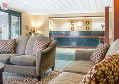 莫米托利多(I80-90)康福特茵套房酒店 - 莫米 - 大厅