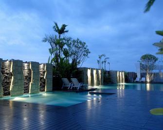 苏内大酒店和会议中心 - 乌汶 - 游泳池