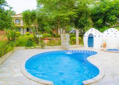 泰拉维沃小屋酒店 - 皮雷诺波利斯 - 游泳池