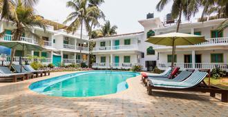 多纳朱莉娅海滩度假村 - 卡兰古特 - 游泳池
