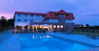 哈恩宜必思酒店 - 德哈恩 - 游泳池