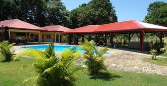 巴拉马利波可砍芭公寓度假村 - 帕拉马里博 - 游泳池