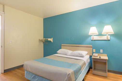 Motel 6 Fredericksburg - North - 弗雷德里克斯堡 - 睡房