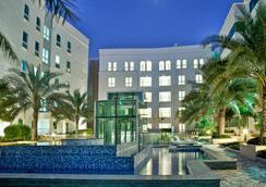 马斯喀特千年行政公寓酒店 - 马斯喀特 - 游泳池