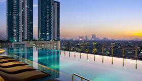 雅加达牙也马达假日套房酒店 - IHG 酒店 - 雅加达 - 游泳池