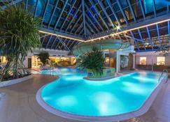 Ifa吕根岛度假酒店 - 奥茨巴德宾兹 - 游泳池