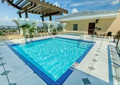 奥兰多国际大道华美达广场套房酒店 - 奥兰多 - 游泳池