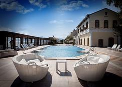 蒙塔尼亚特级酒店 - 穆达尼亚 - 游泳池
