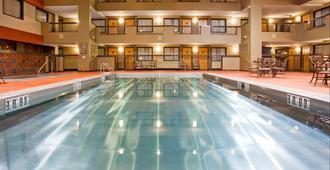 德卢斯市中心假日套房酒店 - 德卢斯 - 游泳池