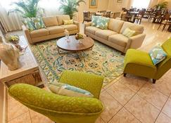 珊瑚套房酒店 - 巴拿马城 - 客厅