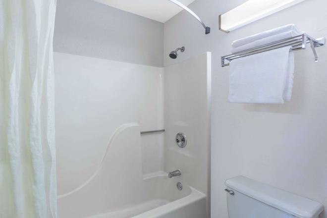 麦迪逊南速8酒店 - 麦迪逊 - 浴室