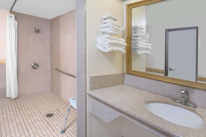哥斯大米萨温德姆旅游旅馆-纽波特比奇哈西恩德 - 科斯塔梅萨 - 浴室