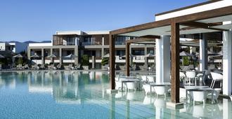 佩拉格斯套房酒店 - 科斯镇 - 游泳池