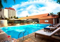 马林德莱夫港威酒店 - 科钦 - 游泳池