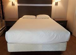 假日汽车旅馆及rv度假村 - 霍普 - 睡房