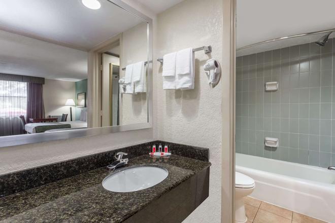 萨拉索塔贝蒙特套房酒店 - 萨拉索塔 - 浴室