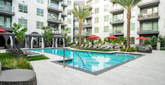 近圣迭戈州立大学豪华公寓 - 漫游旅程酒店 - 圣地亚哥 - 游泳池