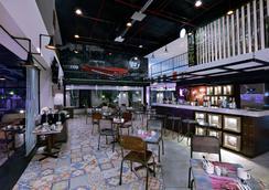库塔卡蒂卡广场法维酒店 - 库塔 - 酒吧