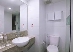 库塔卡蒂卡广场法维酒店 - 库塔 - 浴室