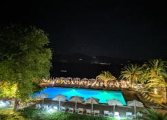 长滩酒店及度假村 - Longos - 游泳池