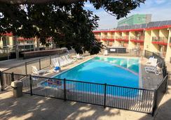 奥克兰机场伊可洛吉套房酒店 - 奥克兰 - 游泳池