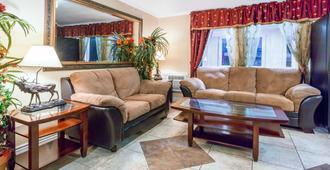 科羅拉多斯普林斯-切斯特納特街溫德姆速8飯店 - 科罗拉多斯普林斯 - 客厅
