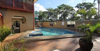 斗牛士汽车旅馆 - 科夫斯港 - 游泳池