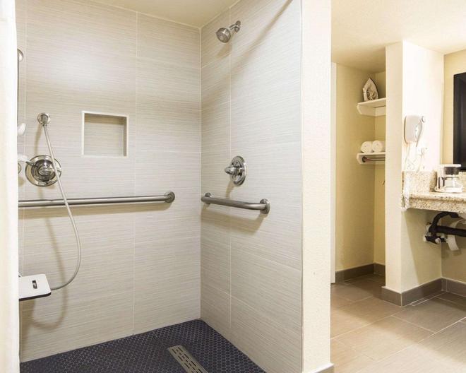 萨克拉门托会议中心凯艺酒店 - 萨克拉门托 - 浴室