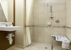 得克萨斯州敖德萨温德姆麦克罗迪尔套房酒店 - 奥德萨 - 浴室