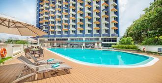 游牧苏卡萨全套房酒店 - 吉隆坡 - 游泳池