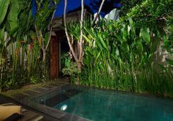 巴厘岛白玫瑰别墅酒店 - 库塔 - 游泳池