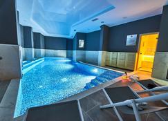 佩拉住宅Spa酒店 - 波德戈里察 - 游泳池