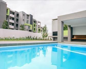 世纪公寓酒店 - Edgemead - 游泳池