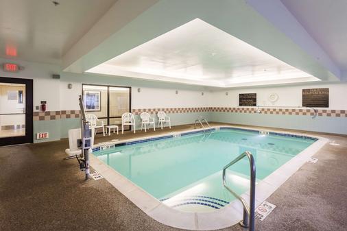 Comfort Suites East - Lincoln - 游泳池