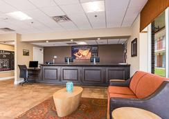 布兰森红狮套房旅馆 - 布兰森 - 大厅