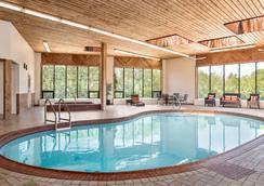 金斯顿拉萨尔旅行之家酒店 - 金斯顿 - 游泳池