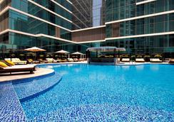 迪拜皇冠酒店 - 迪拜 - 游泳池
